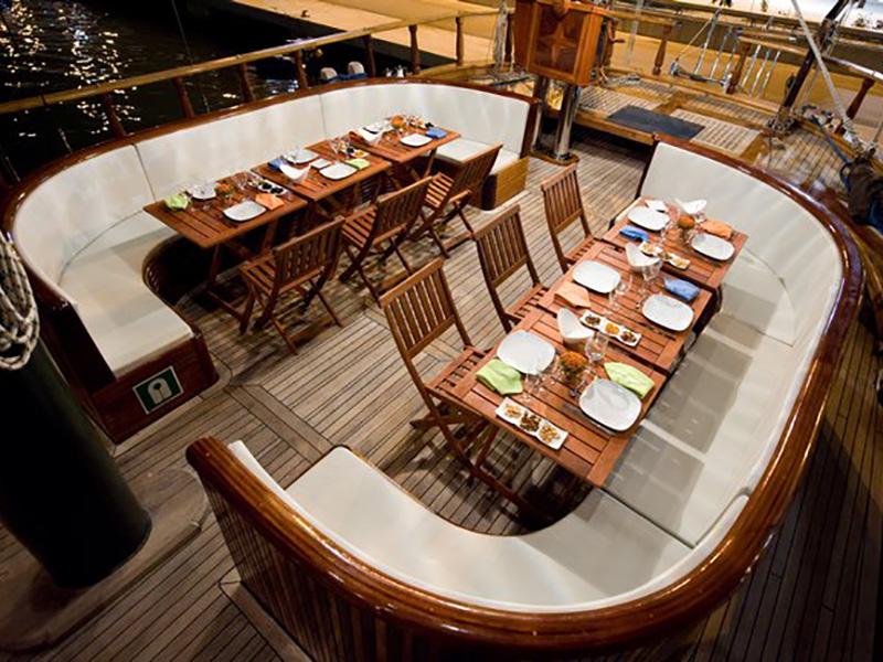 dinner-boat-barcelona-luxury-event