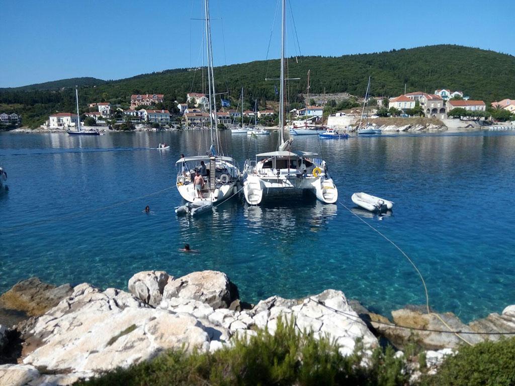 sailing-vacation-boat-greece