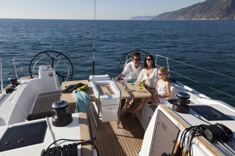 Baño desde el velero en nuestro viaje a Grecia. Viaje en velero plaza a plaza